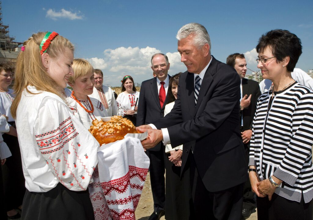 Lada Serdiuk and Kateryna Serdiuk presented a special Ukrainian bread to President Dieter F. Uchtdorf and Sister Harriet Uchtdorf at the Kieve, Ukraine temple site in 2009.