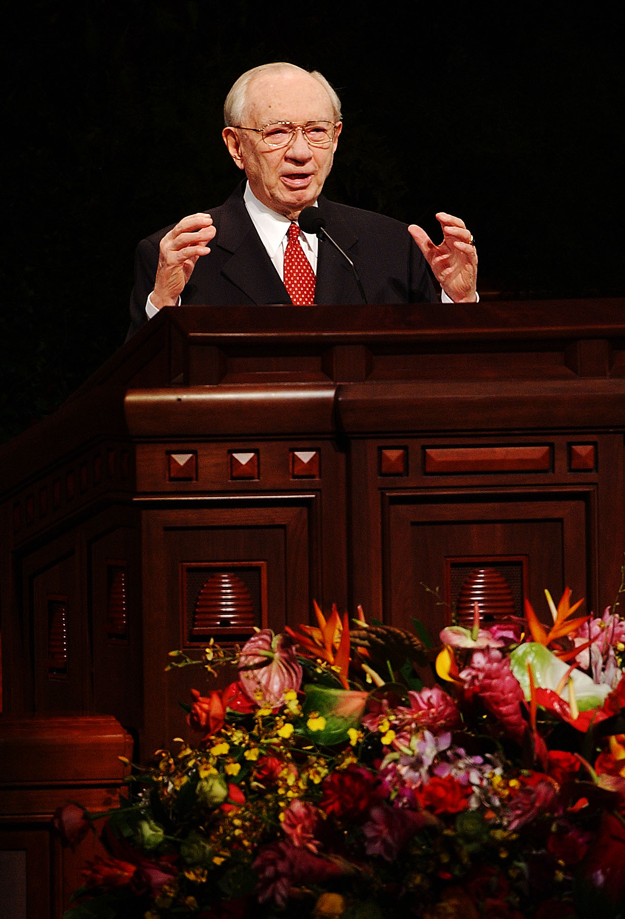 President Hinckley speaks of the Nauvoo Temple during general conference on Oct. 5, 2002.