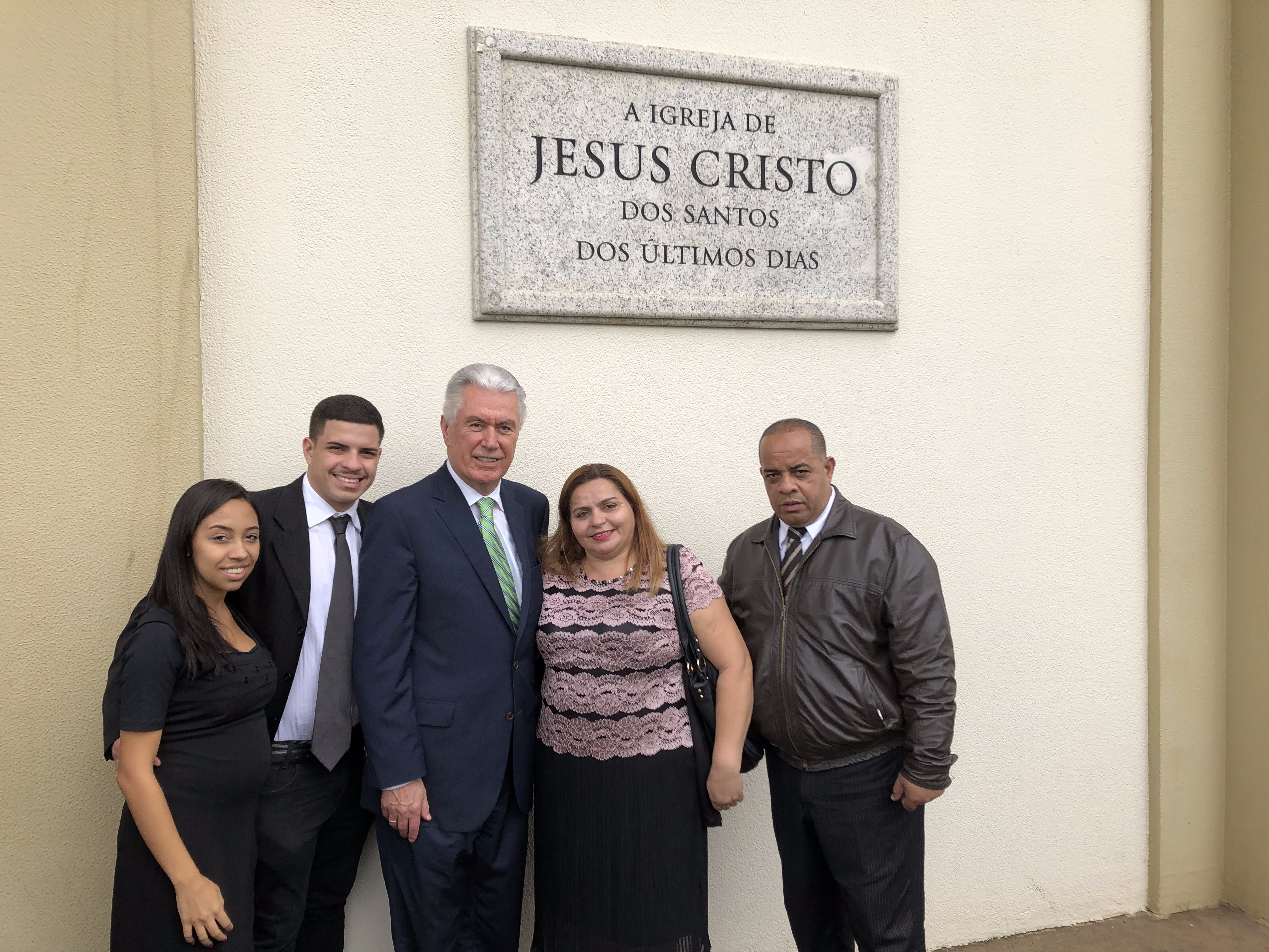 Elder Dieter F. Uchtdorf of the Quorum of the Twelve Apostles joins the Gondim family for a photo outside their meetinghouse in Sao Paulo, Brazil, on Feb. 17, 2019. At right are parents Rusana Gondim Rodrigues and Raimundo Ferreira Rodrigues; at left are friend Aline Lima Pereira and brother Matheus Gondim Rodrigues.