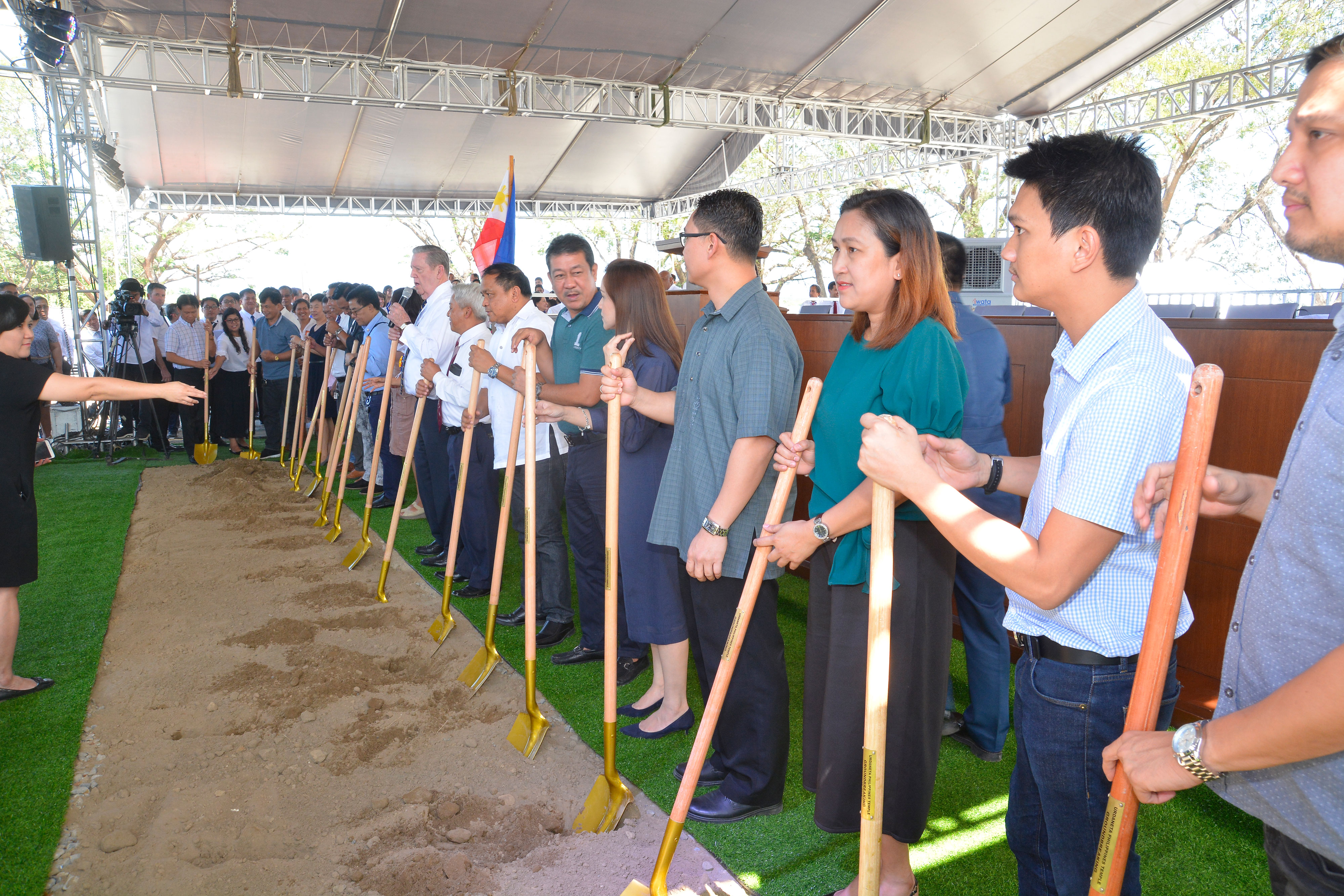 Holding a shovel in the center of the line, Elder Jeffrey R. Holland of the Quorum of the Twelve Apostles addresses community leaders and Church membersa in Urdaneta, Pangasinan, Philippines, on Wednesday, Jan. 16, 2019. He broke ground for the new temple, the Church's third in the Philippines.