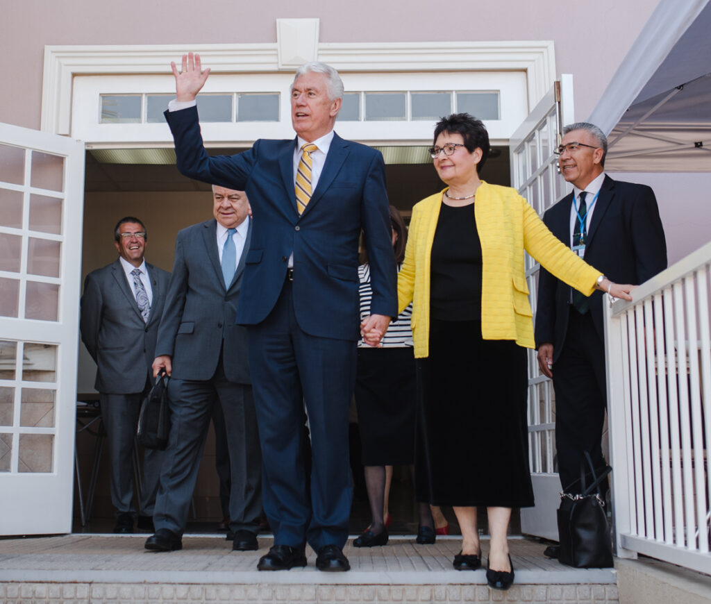 Elder Dieter F. Uchtdorf and his wife, Sister Harriet Uchtdorf, wave to Chilean members following a nationwide broadcast on Sunday, Feb. 16.