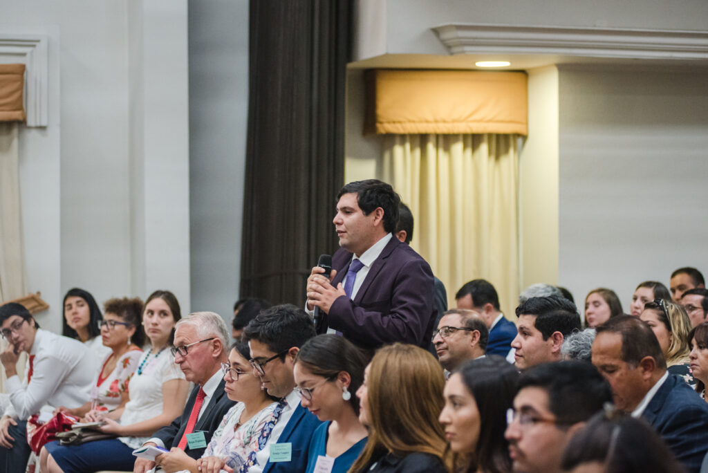 A local priesthood leader asks a question of Elder Dieter F. Uchtdorf during a Feb. 15, 2020, leadership conference in Santiago, Chile.