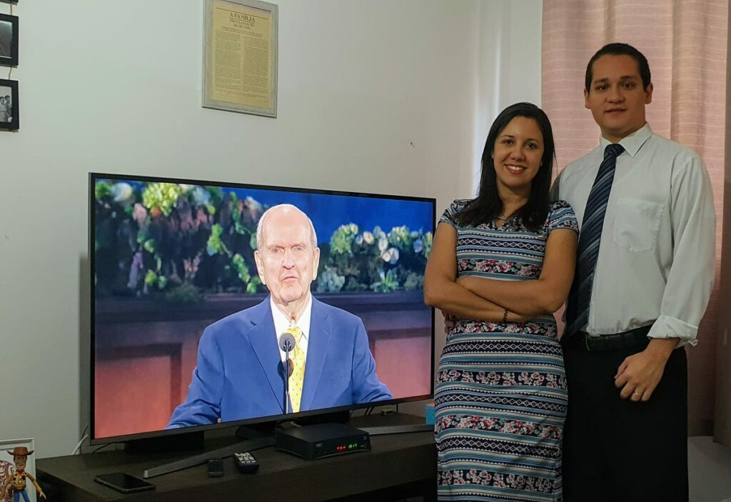 Denise de Melo Barbosa Moraes and Renan de Moraes Silva of the Jardim São Paulo Ward, São Paulo Brazil Guarulhos Stake, watch the Sunday morning session of the 190th Annual General Conference on April 5, 2020.