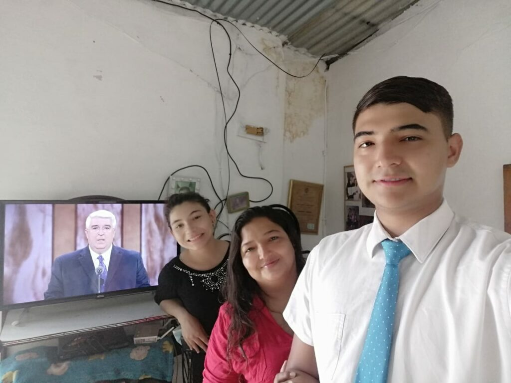 Arles Fabián Jiménez Cardona, Anyely Stefany Jiménez Cardona and Gloria Mabel Cardona Villa, of the Los Caobos Ward, Cúcuta Colombia Stake, watch the Sunday morning session of The Church of Jesus Christ of Latter-day Saints' 191st Annual General Conference on April 4, 2021.