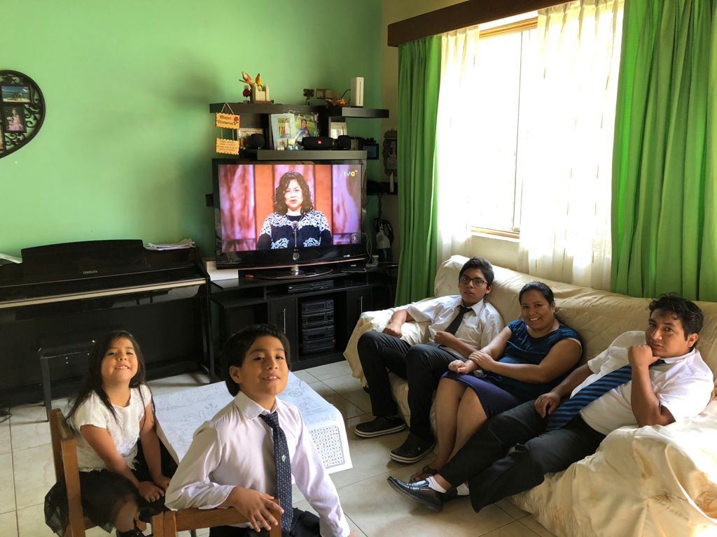 Mariana, Carlos, Dave Santivañez, Mariela Quispe and Tito Quispe Jr., of the Móron Ward, Lima Perú Chaclacayo Stake, watch the Sunday morning session of The Church of Jesus Christ of Latter-day Saints' 191st Annual General Conference on April 4, 2021.