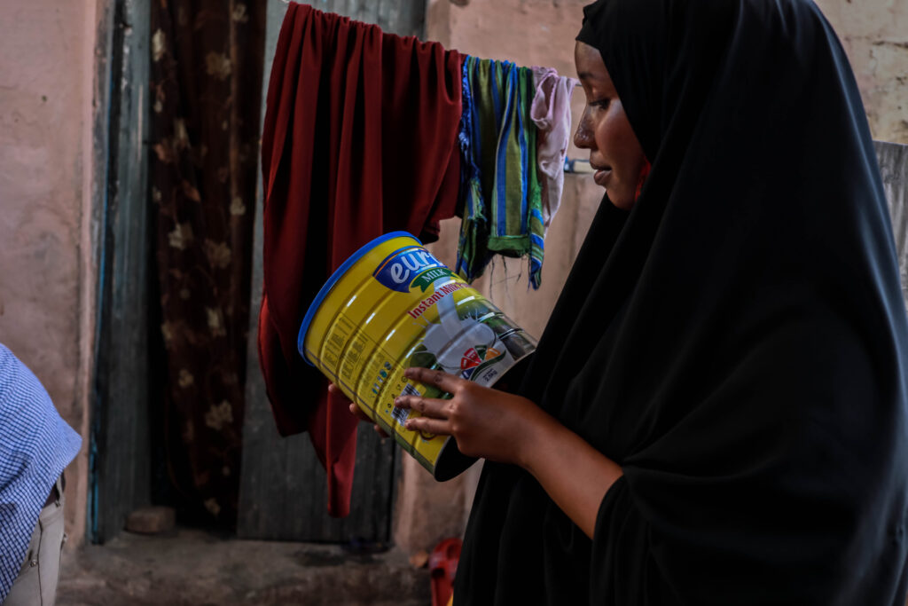 Hani Mohamed confirms the receipt of her e-shop at her home in Mogadishu, Somalia on April 2, 2020. WFP Somalia works with partners to provide food and nutrition to vulnerable populations.