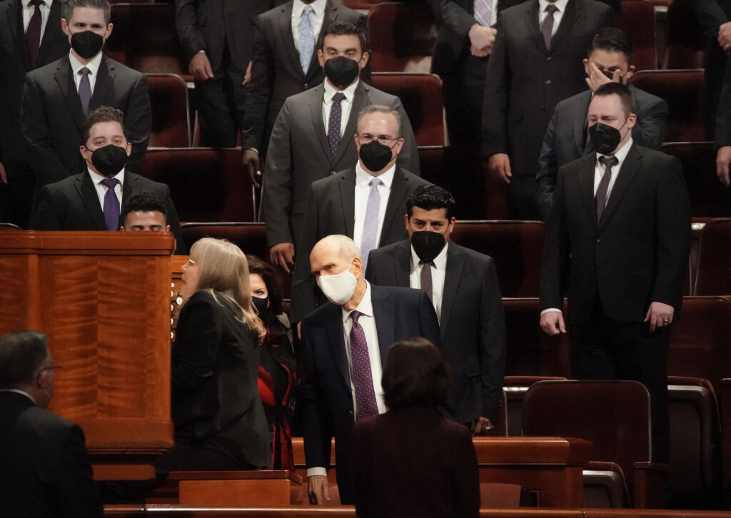 President Russell M. Nelson and his wife, Sister Wendy Nelson, thank organist Linda Margetts and the multicultural choir after a session of the 191st Semiannual General Conference of The Church of Jesus Christ of Latter-day Saints in Salt Lake City on Saturday, Oct. 2, 2021.